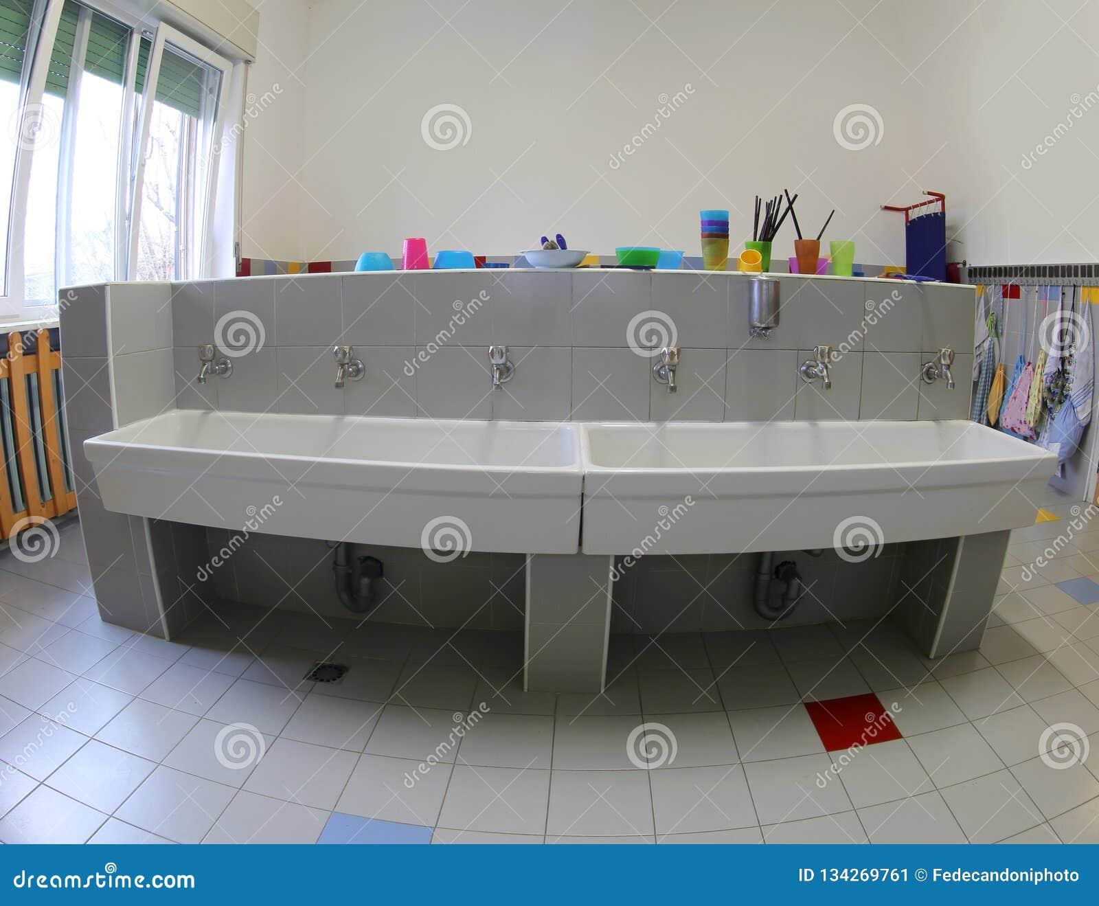 Cuarto De Baño Con Los Fregaderos Para Limpiar Dentro Del Cuarto De ...