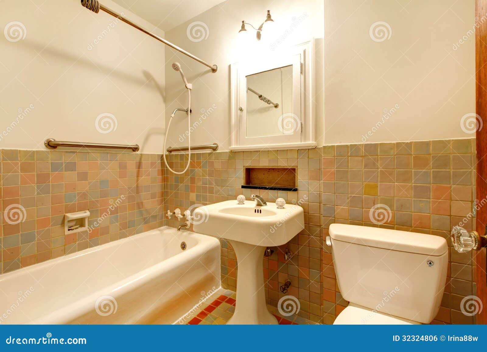 Tinas De Baño Viejas:de baño del apartamento con los viejos accesorios antiguos y la tina