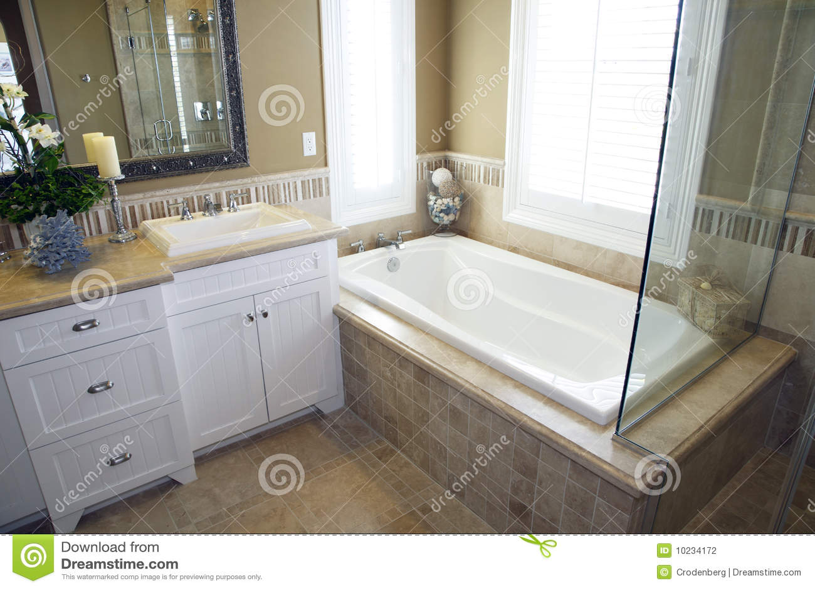 Cuarto de ba o con una tina moderna foto de archivo for Banos con ducha y tina