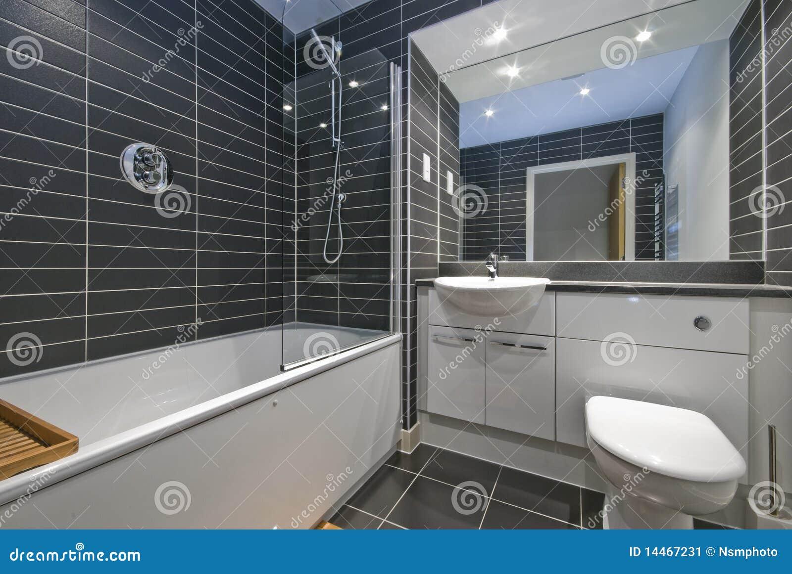 Cuarto de baño contemporáneo con los azulejos negros