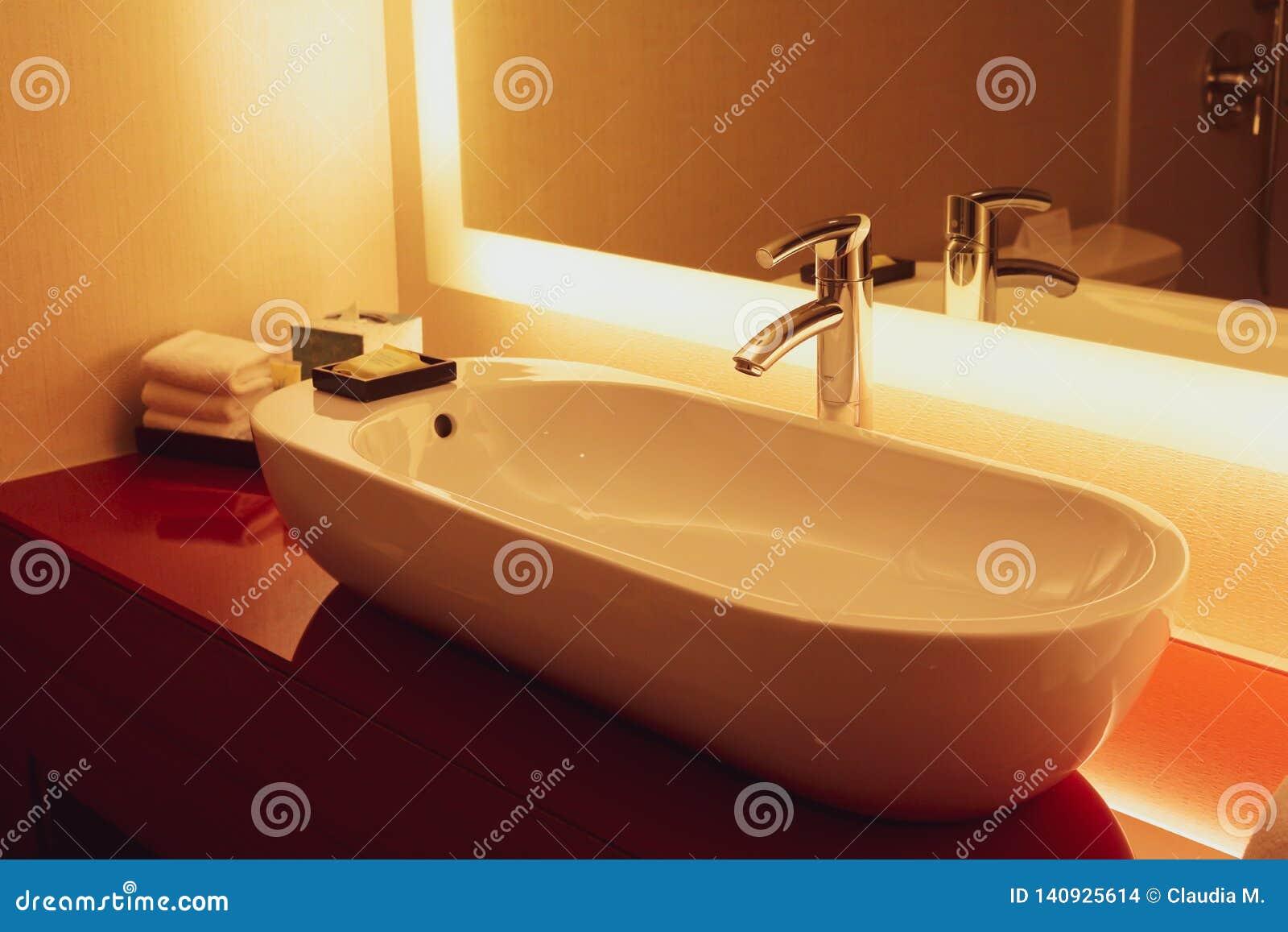 Cuarto de baño contemporáneo del hotel de California