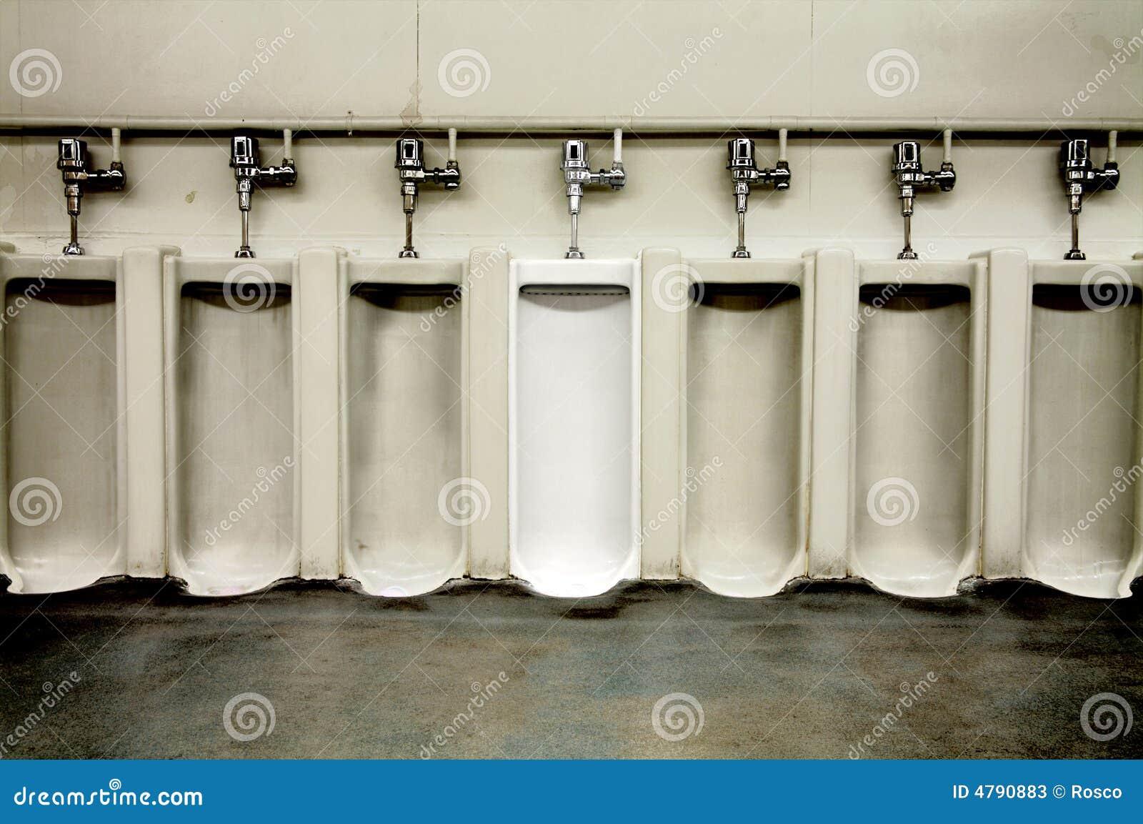 Baño Blanco Para Roscos:Cuarto de baño de los hombres sucios con un orinal limpio