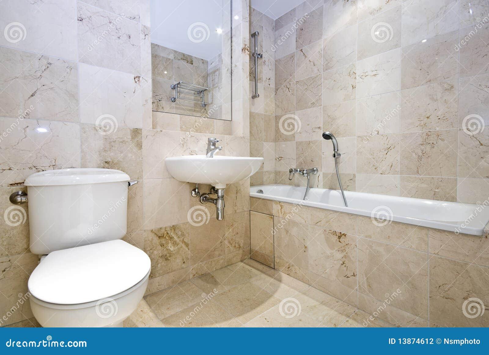 Baños Modernos De Marmol:Cuarto de baño de mármol lujoso con un baño, un lavabo de colada y
