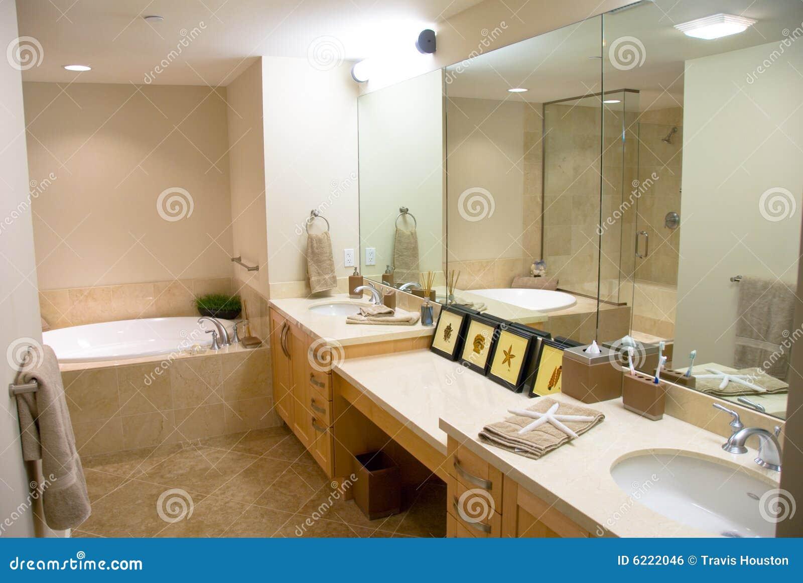 Baños Con Tina Fotos:Cuarto De Baño Del Diseñador Con Una Tina Moderna Imagen de archivo