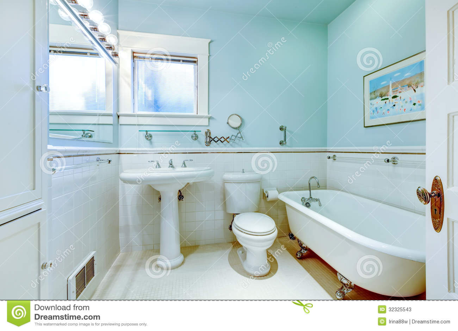 Cuarto De Baño Elegante Antiguo Azul Con La Tina Blanca ...