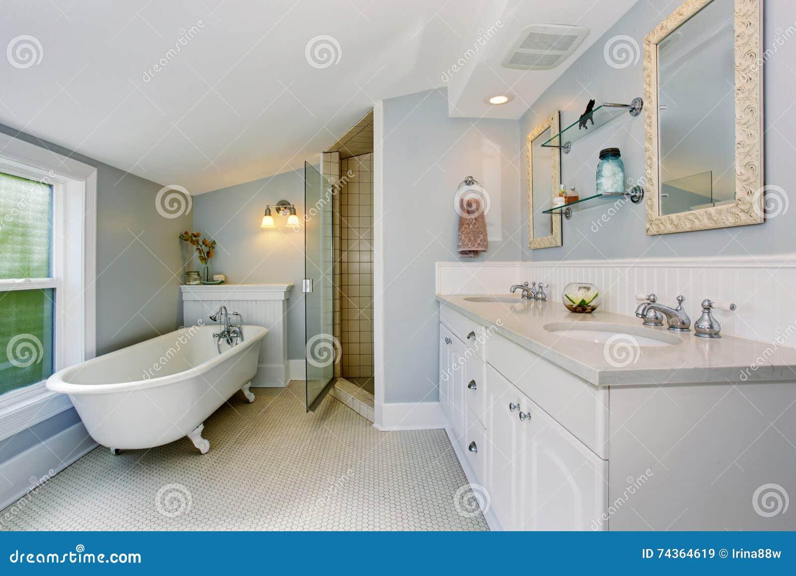 Cuarto De Baño Elegante En Tonos Azules En Colores Pastel Con La ...
