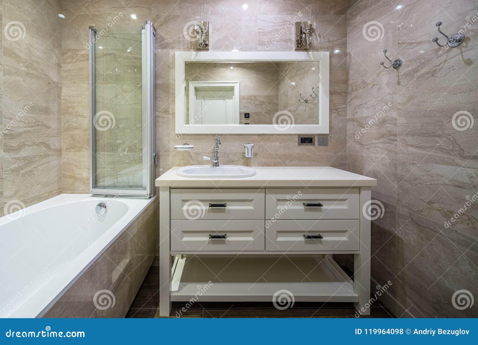 Cuarto De Baño En Cuarto De Baño Clásico De Style Foto de archivo ...