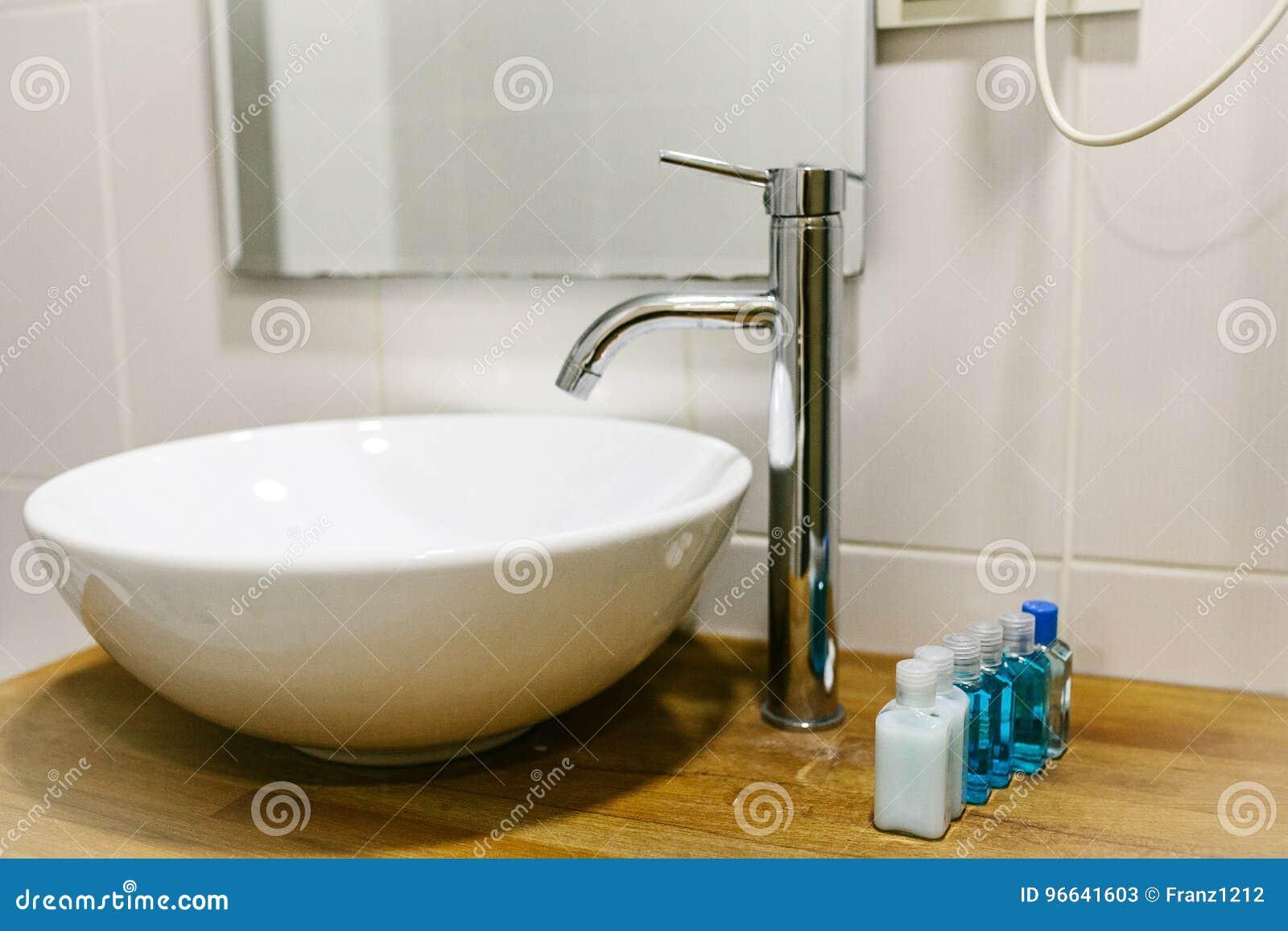 Cuarto De Baño En El Hotel Con Todos Los Accesorios Necesarios Del ...