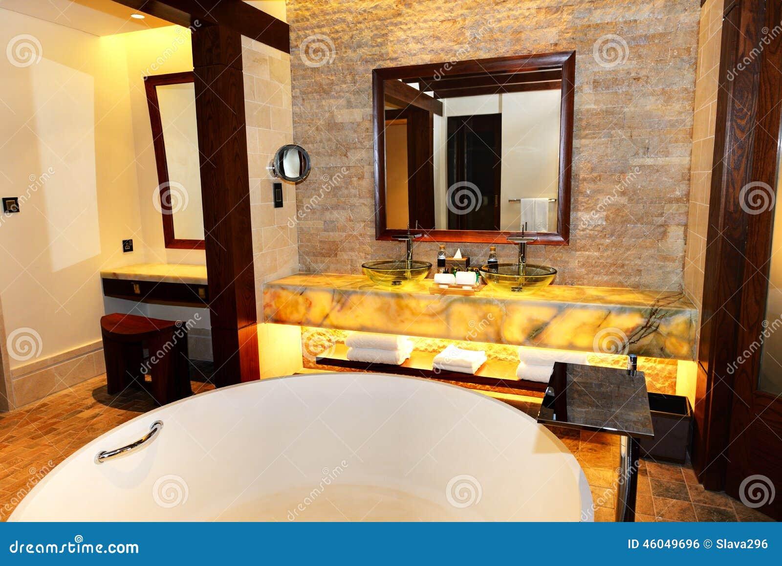 Cuarto de ba o en el hotel de lujo moderno foto de archivo for Hoteles de lujo modernos