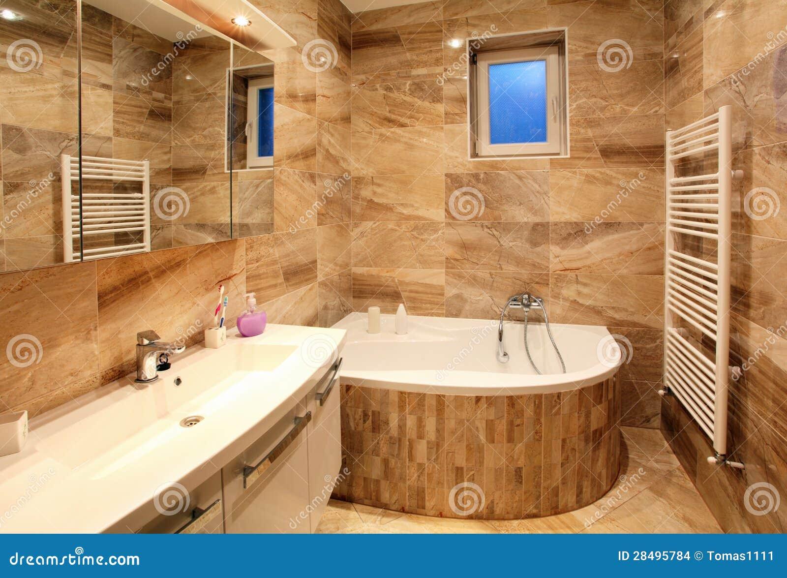 Cuarto De Baño En Hogar De Lujo Con El Baño Y Muebles Foto ...