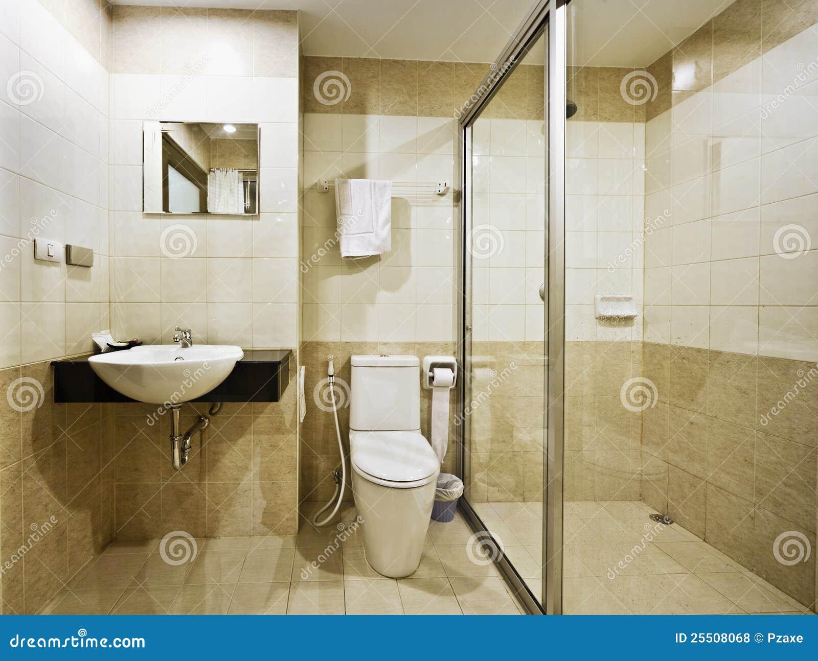 Cuarto De Baño En Un Hotel Del Presupuesto Foto de archivo - Imagen ...