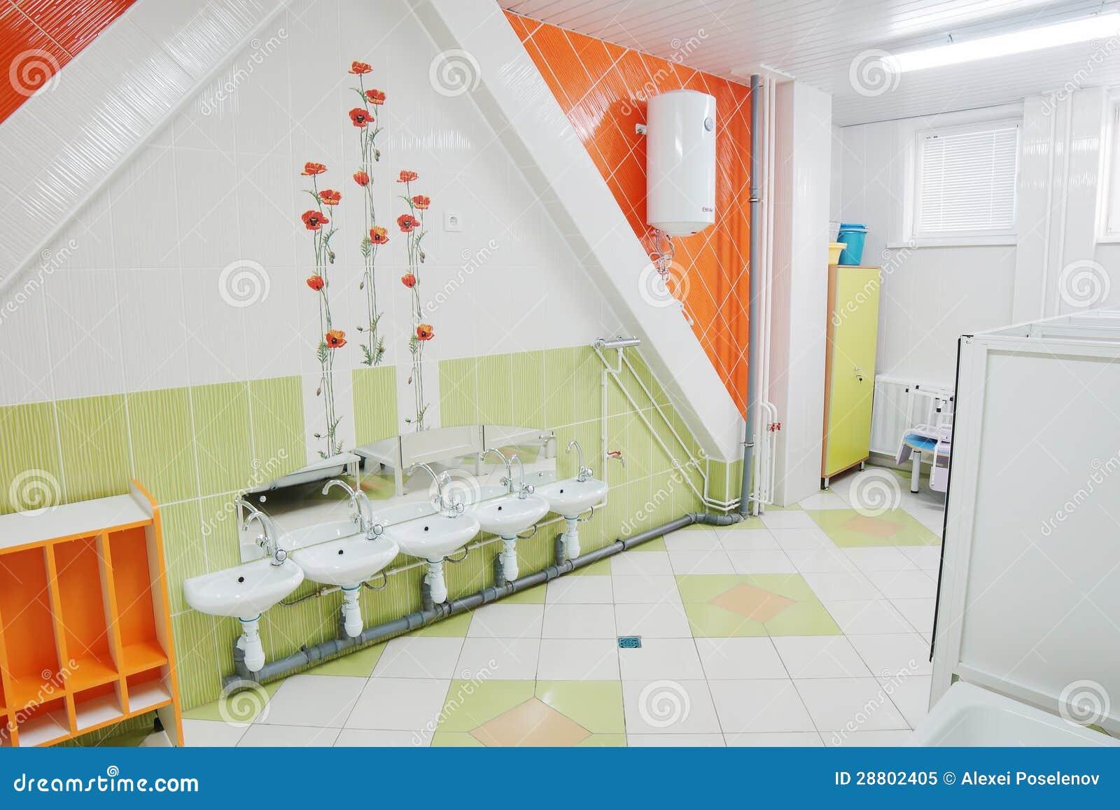 Baño De Una Guarderia:Cuarto De Baño En Una Guardería Foto de archivo libre de regalías