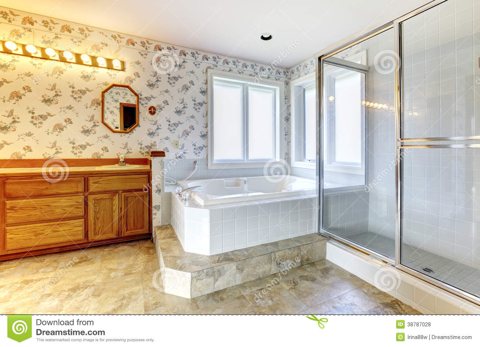 Cuarto de ba o floral con la tina y la ducha blancas foto - Cuartos de bano con ducha fotos ...