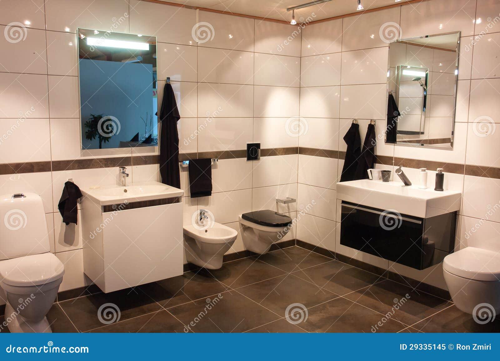 Cuarto de baño grande hermoso en nuevo hogar de lujo