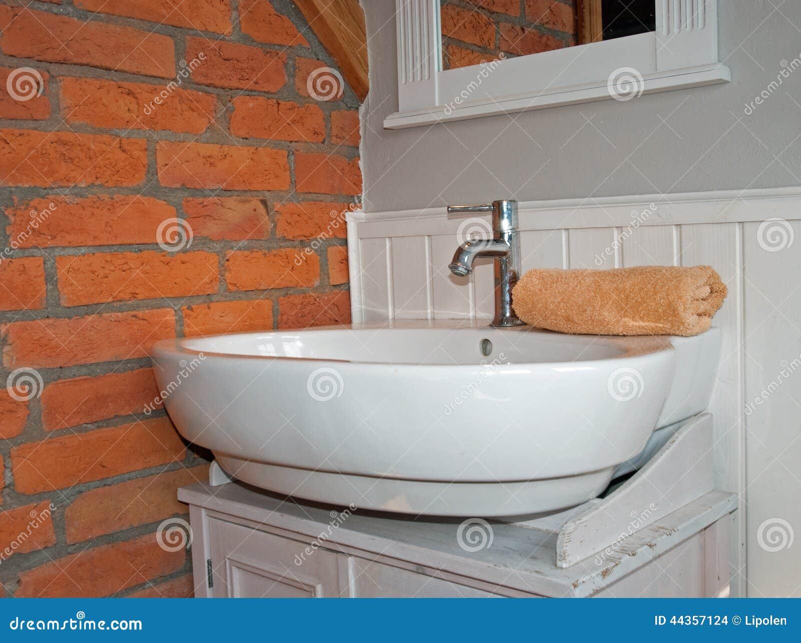 Baños Blanco Con Gris:Cuarto De Baño Gris Blanco Con El Fregadero Foto de archivo – Imagen