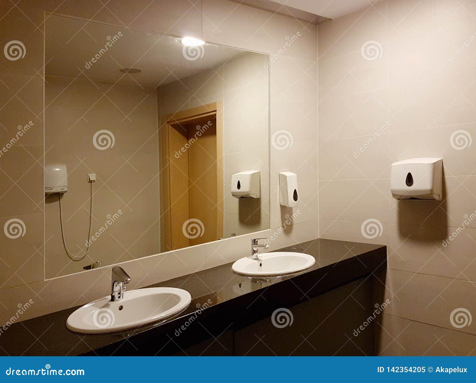 Espejos Redondos Lavabo.Cuarto De Bano Interior En Blanco Y Negro Lavabos De