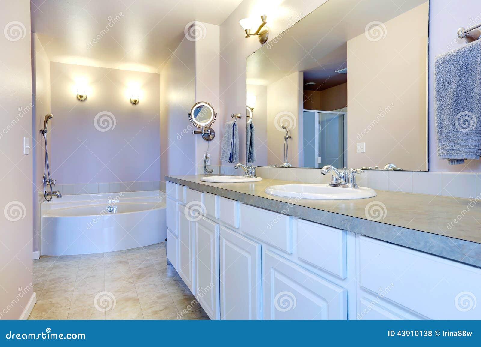 Gabinetes De Baño Pr:Cuarto de baño ligero de restauración de la lavanda con el gabinete