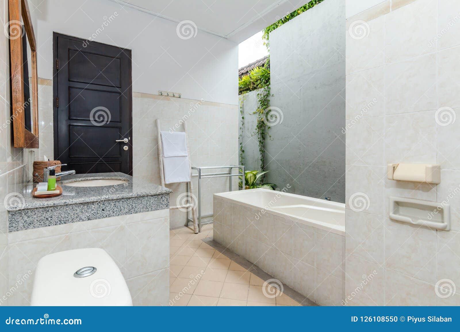 Cuarto De Baño Limpio Y Barato Del Hotel Foto de archivo - Imagen de ...