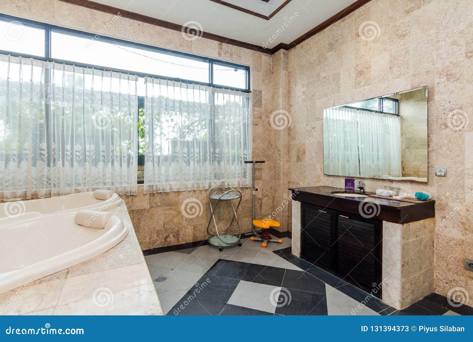 Cuarto De Baño Limpio Y Barato Del Hotel Imagen de archivo ...