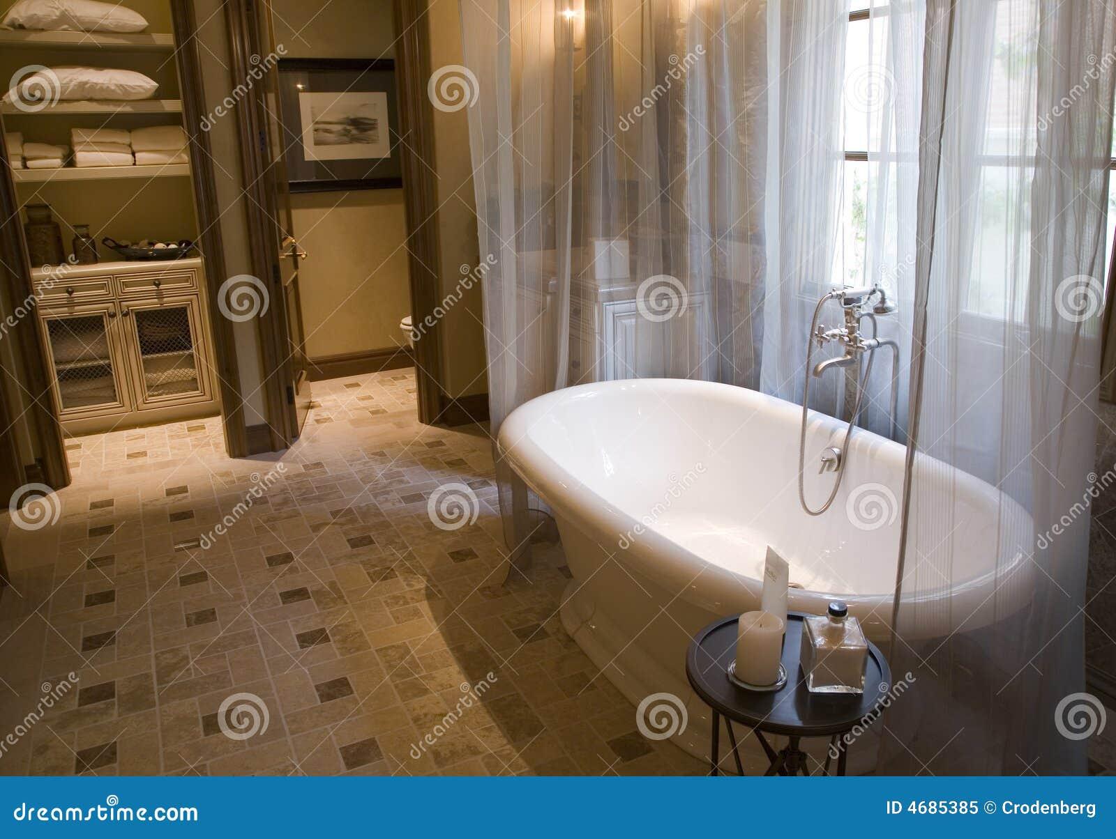 Diseno De Baños Con Tina:Cuarto De Baño Lujoso Con Una Tina Clásica Foto de archivo libre de