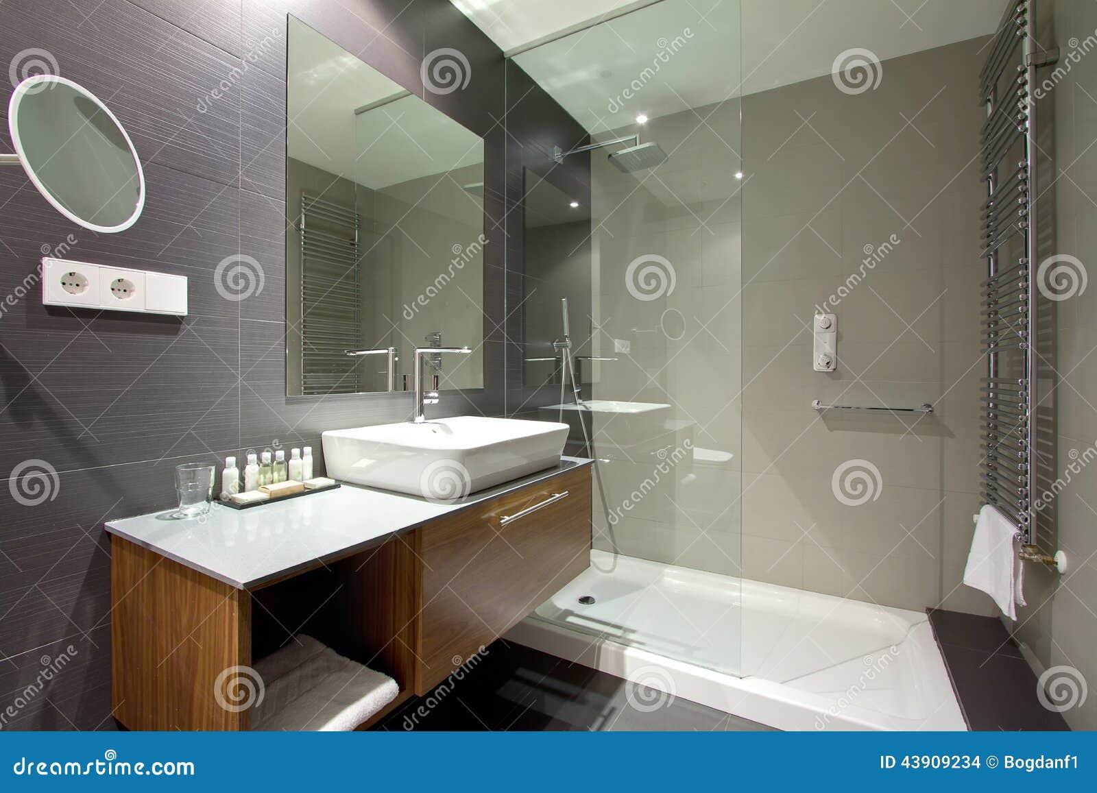 Cuarto de ba o lujoso del centro tur stico del hotel foto for Precio hacer un cuarto de bano nuevo
