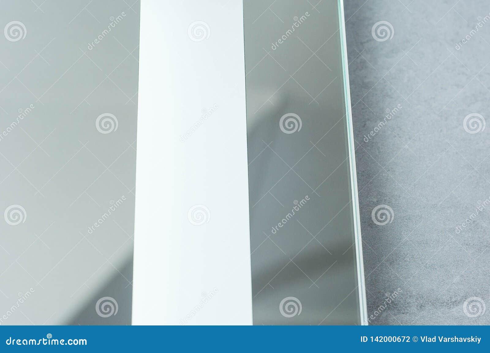 Cuarto de baño mejorado con el espejo de alta tecnología