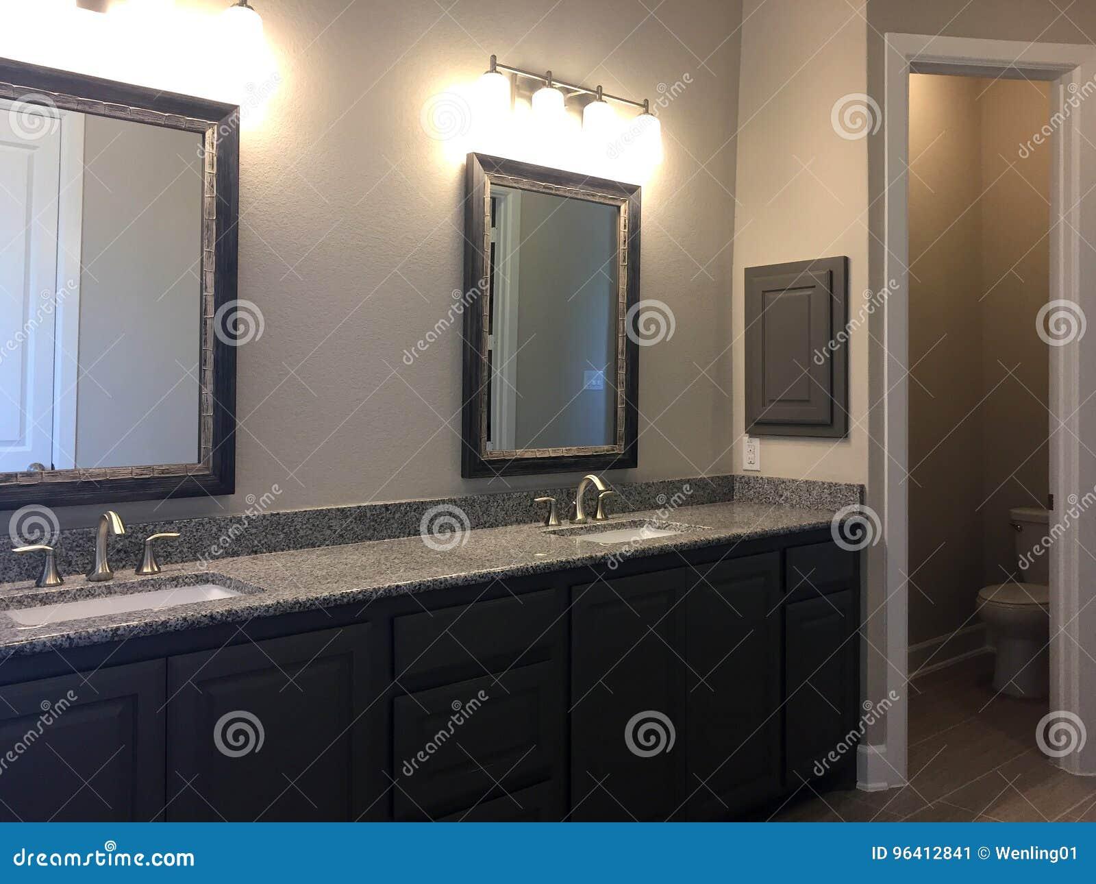 Cuarto De Baño Moderno Con El Espejo Dos En Una Nueva Casa Imagen de ...