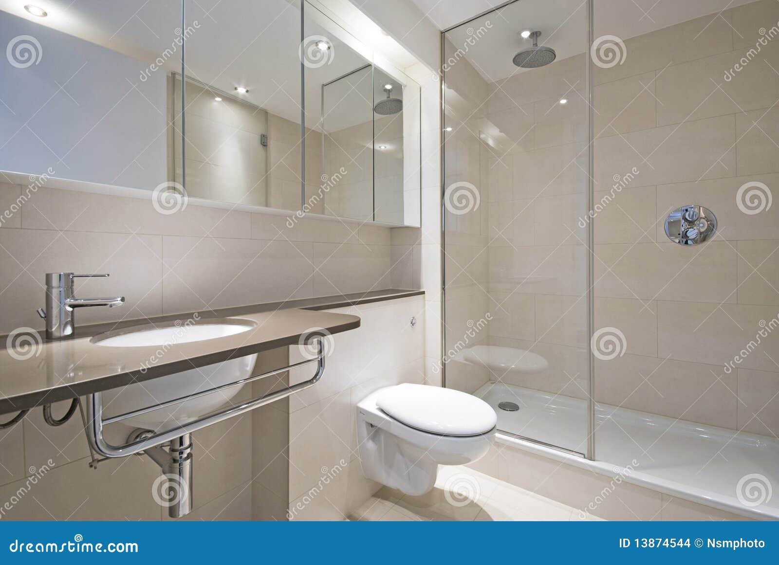 Cuarto de baño moderno con el lavabo de colada del diseñador