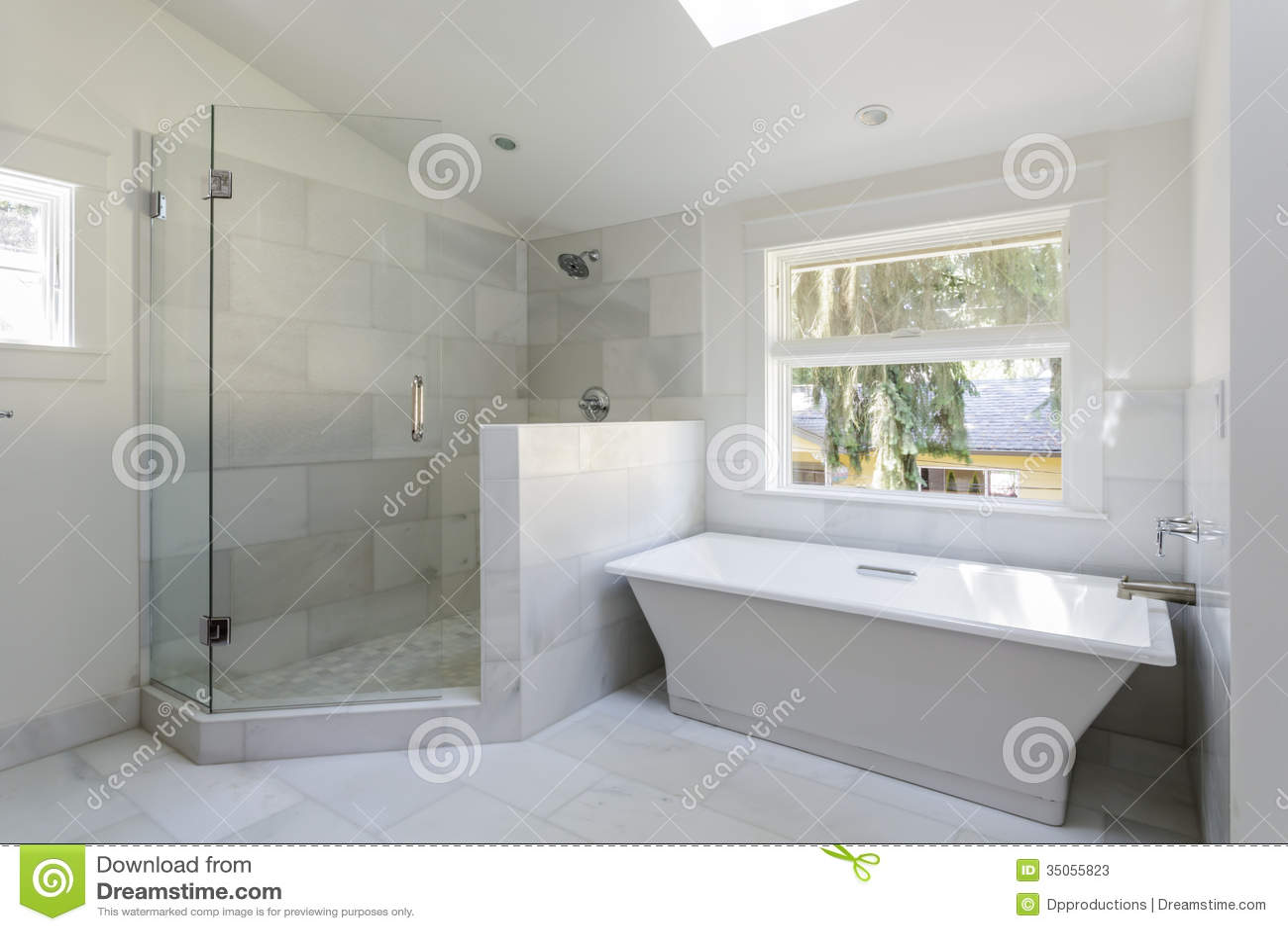 Cuarto de ba o moderno con la ducha y la ba era fotos de for Banos modernos con banera
