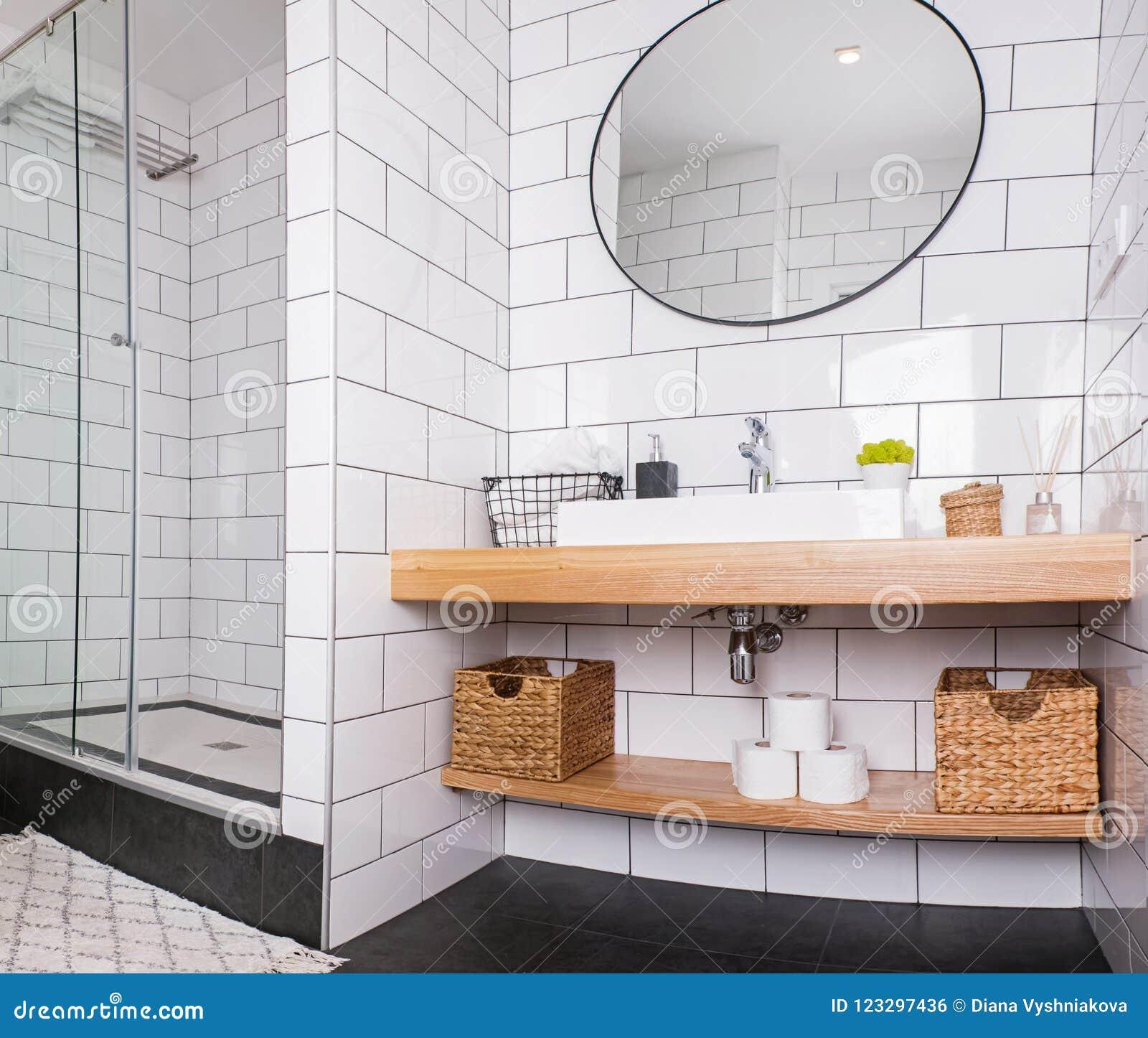 Cuarto De Baño Moderno Con La Teja Blanca Y El Espejo Redondo Foto ...