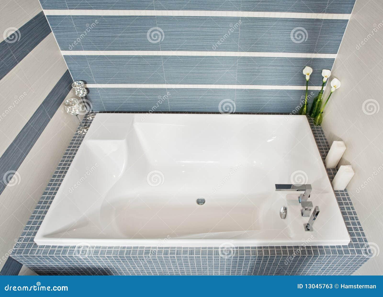 Baño Moderno Con Tina:Cuarto de baño moderno en tonos azules y grises con la tina de baño