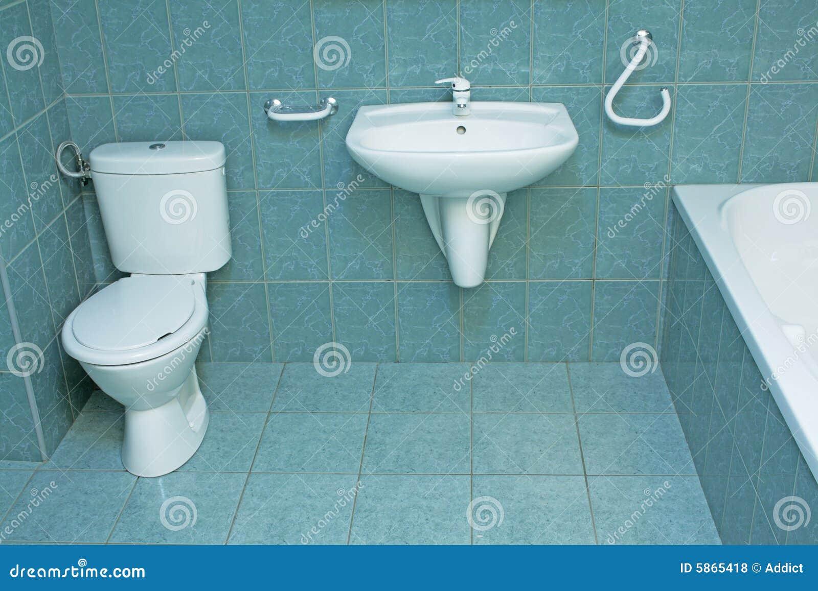 Cuarto De Baño Moderno Con Los Azulejos De Suelo Verdes Foto de ...