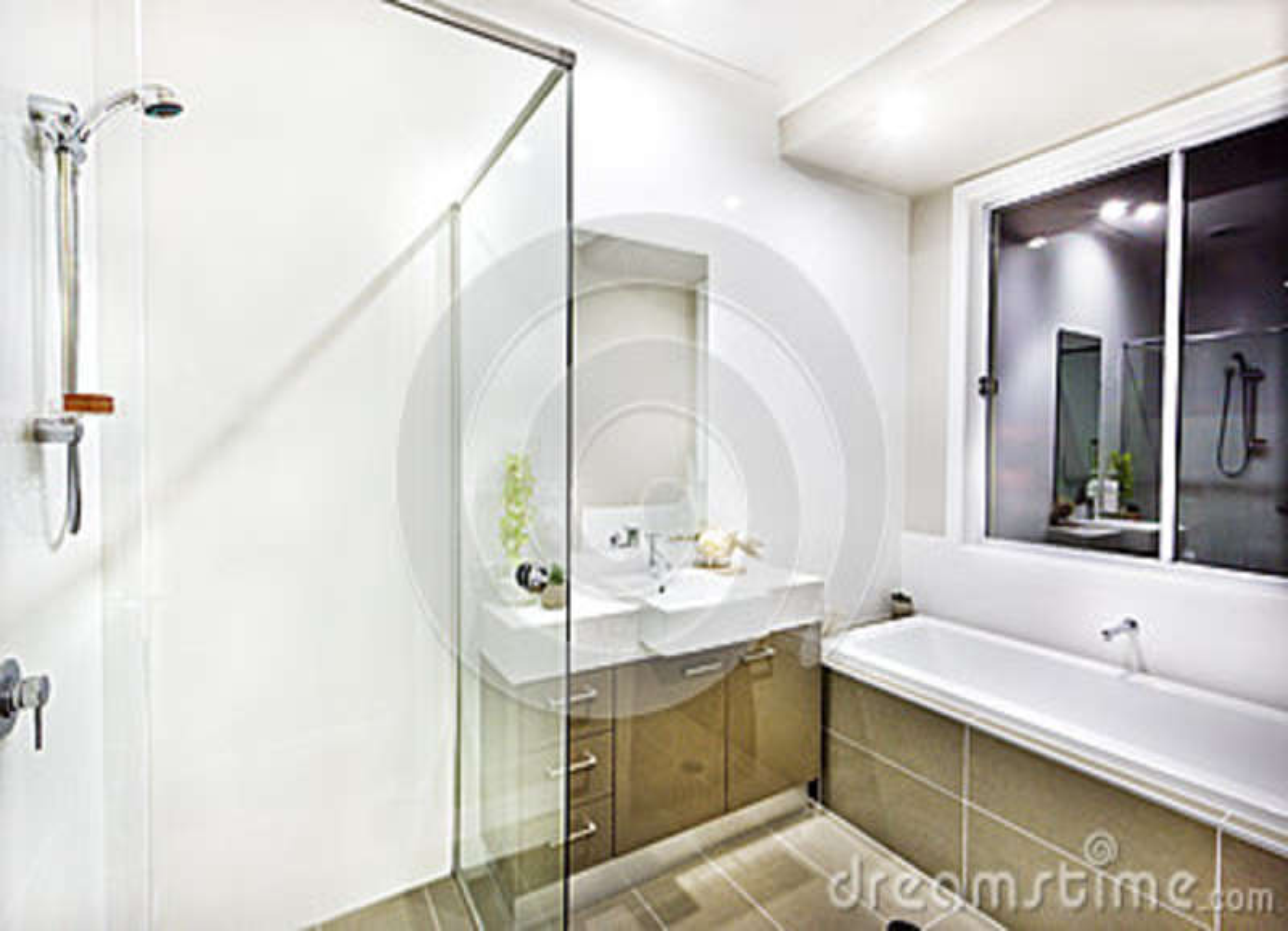 Cuarto de ba o moderno con un grifo una tina de agua y baldosas foto de archivo imagen de Grifos modernos bano