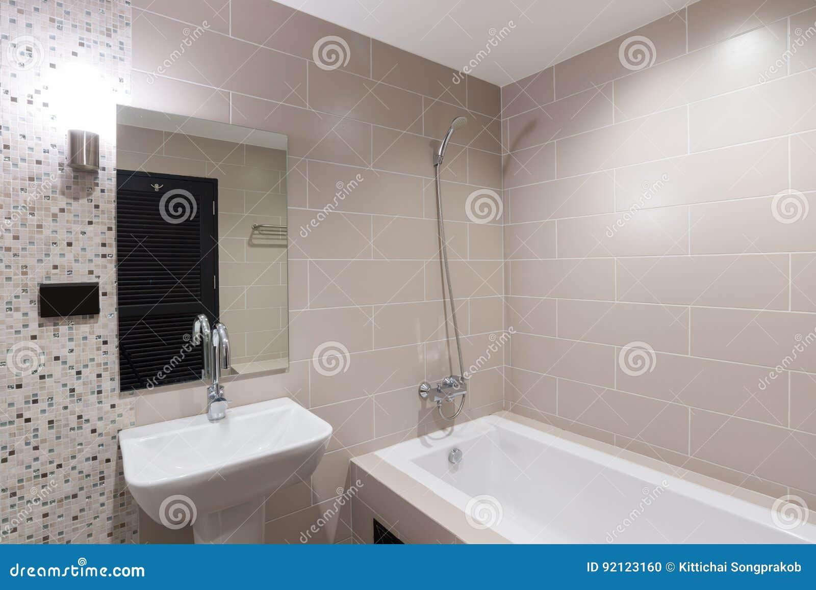Cuarto De Baño Moderno Con Una Ducha Y Una Bañera Foto de archivo ...