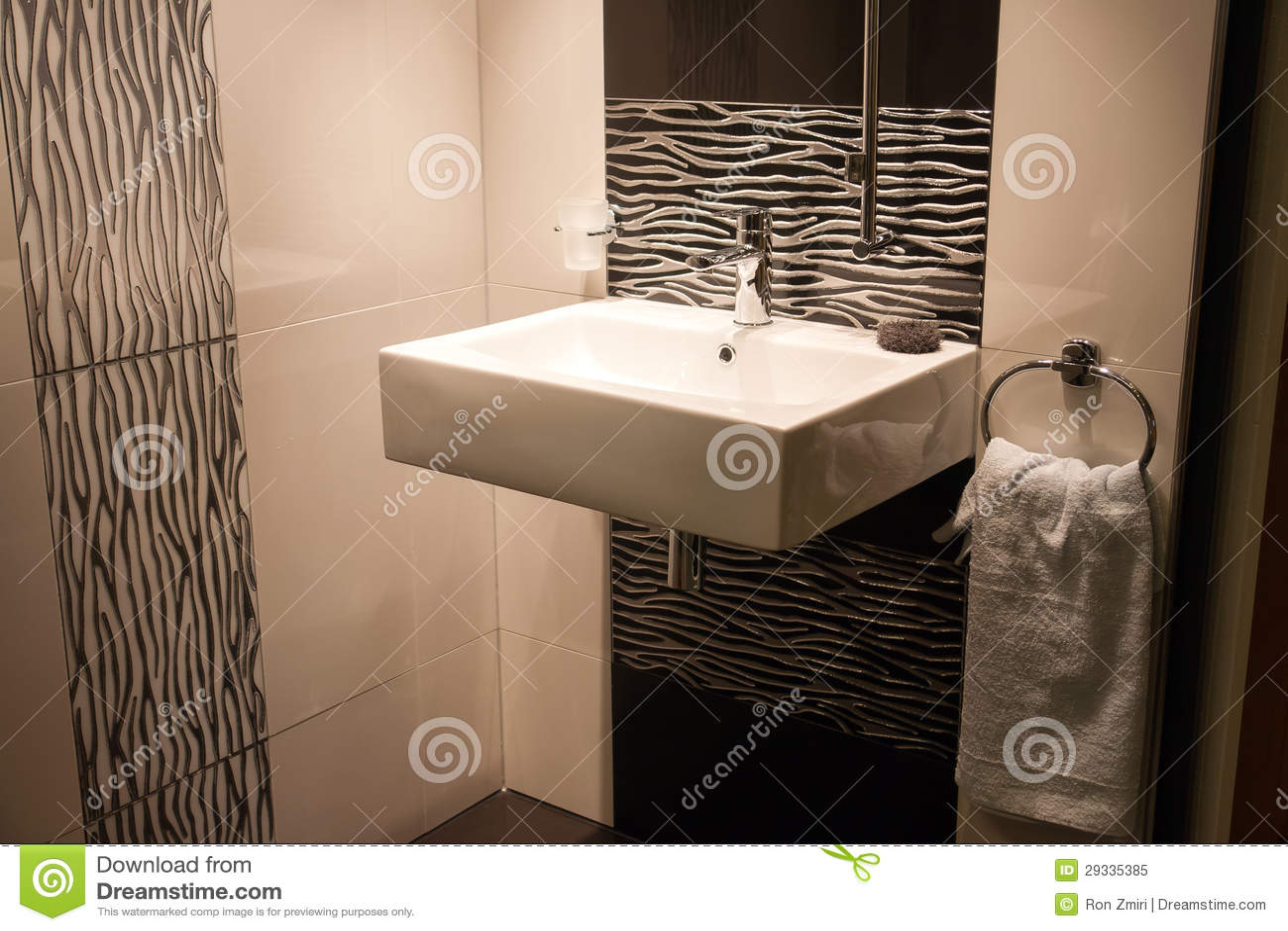 Cuarto De Baño Moderno Hermoso En Nuevo Hogar De Lujo Foto ...