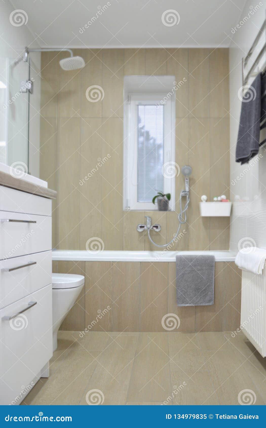 Cuarto De Baño Moderno Interior Con Tejas Blancas, Beige Y Un Baño ...