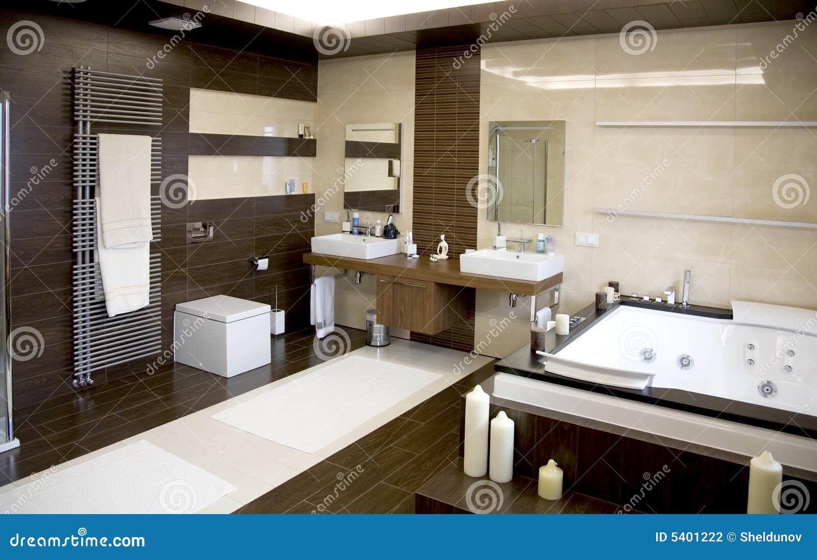 Baños Lujosos Modernos:Cuarto de baño blanco moderno lujoso con los suelos de madera oscuros