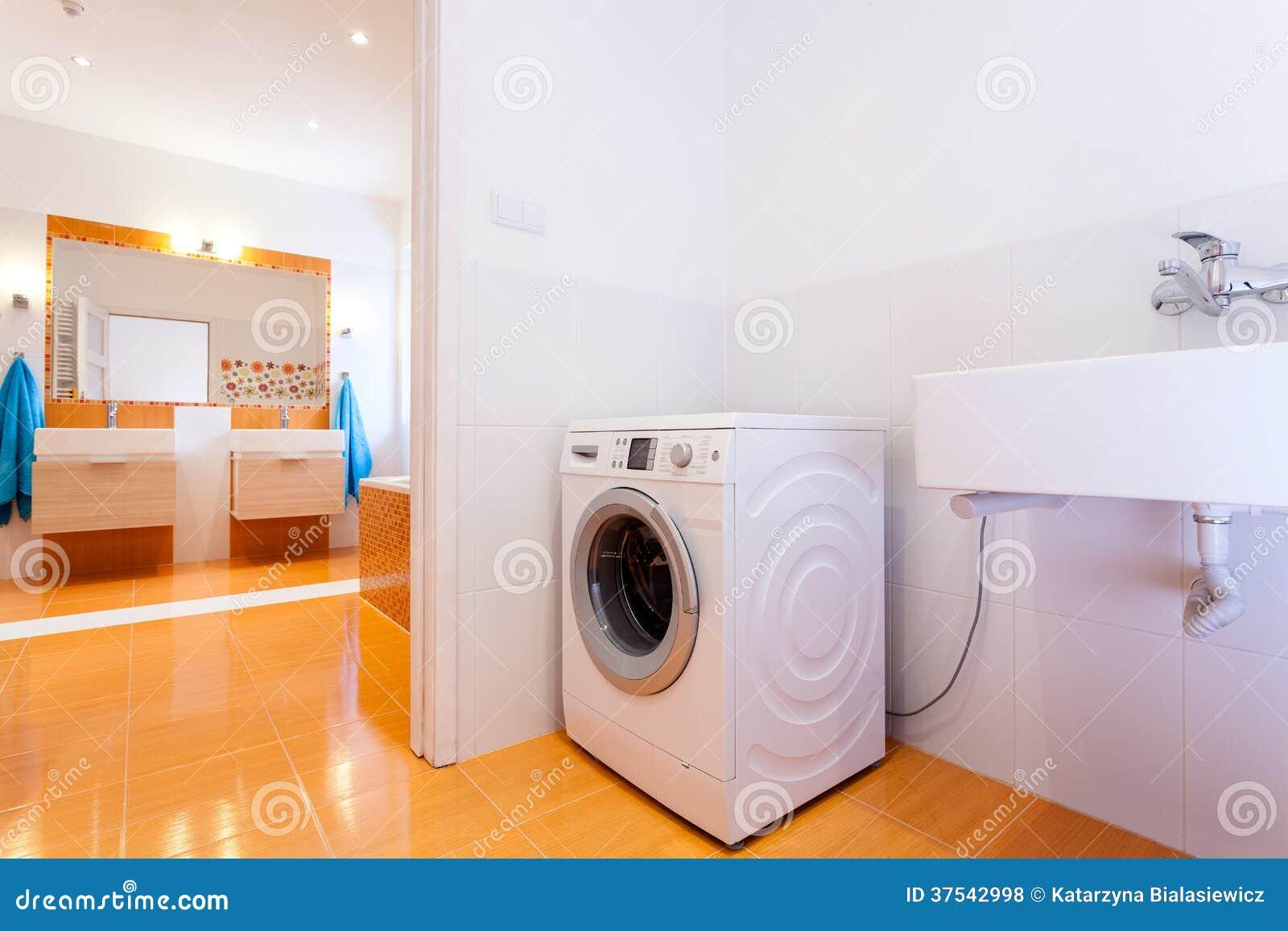 Cuarto de ba o pr ctico grande con la lavadora fotos de - Instalar lavadora en bano ...