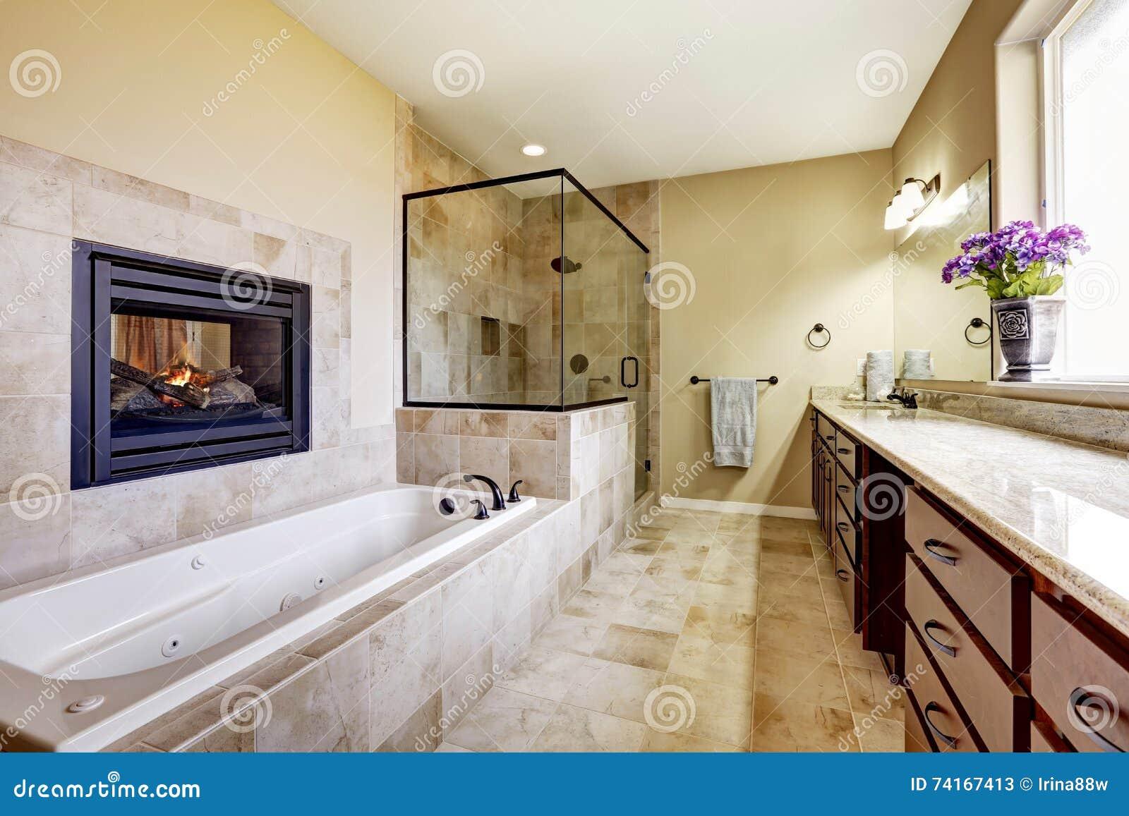 Cuarto de ba o principal en casa moderna con la chimenea y el suelo de baldosas imagen de - Suelos de casas modernas ...