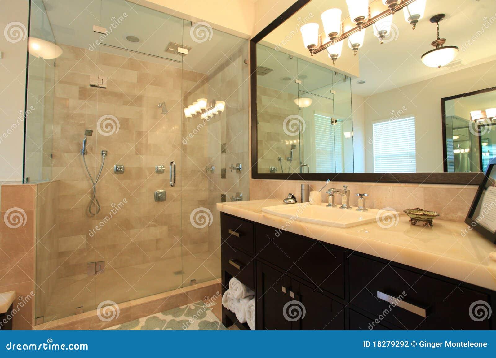 Diseno De Baño Principal: de baño espacioso grande con se levanta la ducha con las puertas de