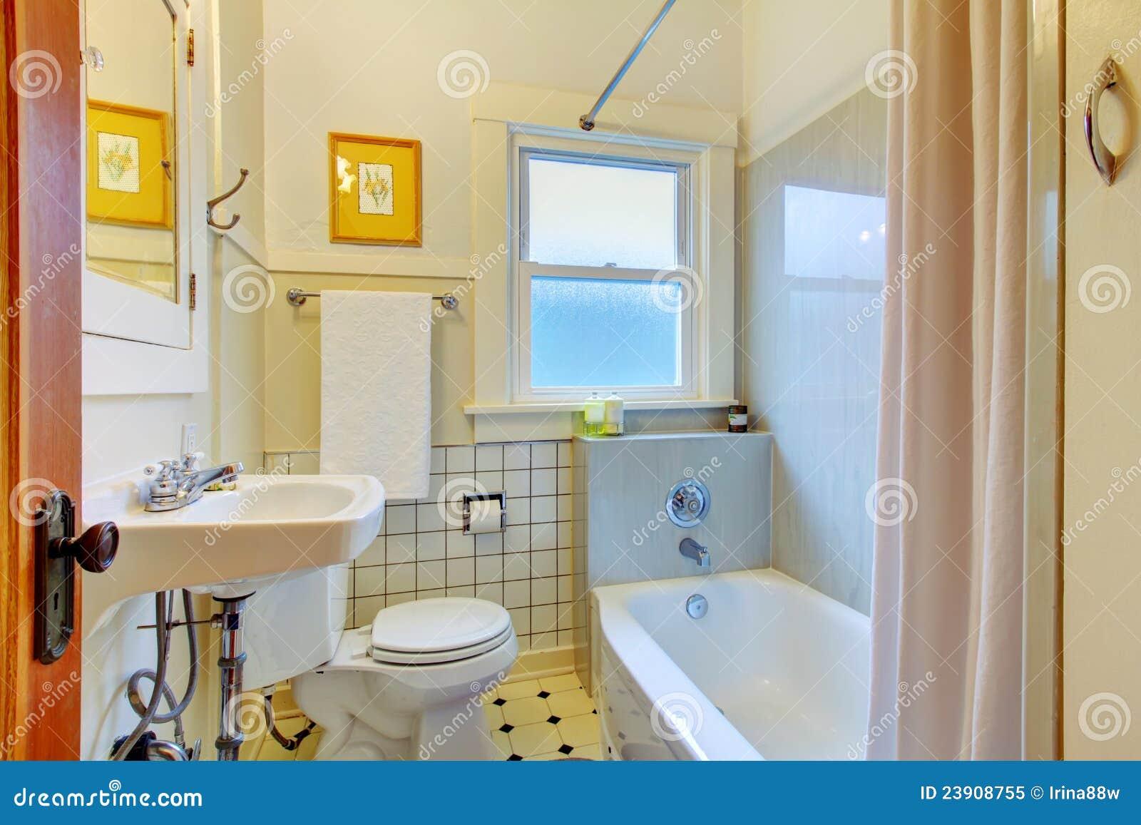 Azulejos Viejos Baño:Cuarto De Baño Simple Retro Con El Fregadero Y Los Azulejos Viejos