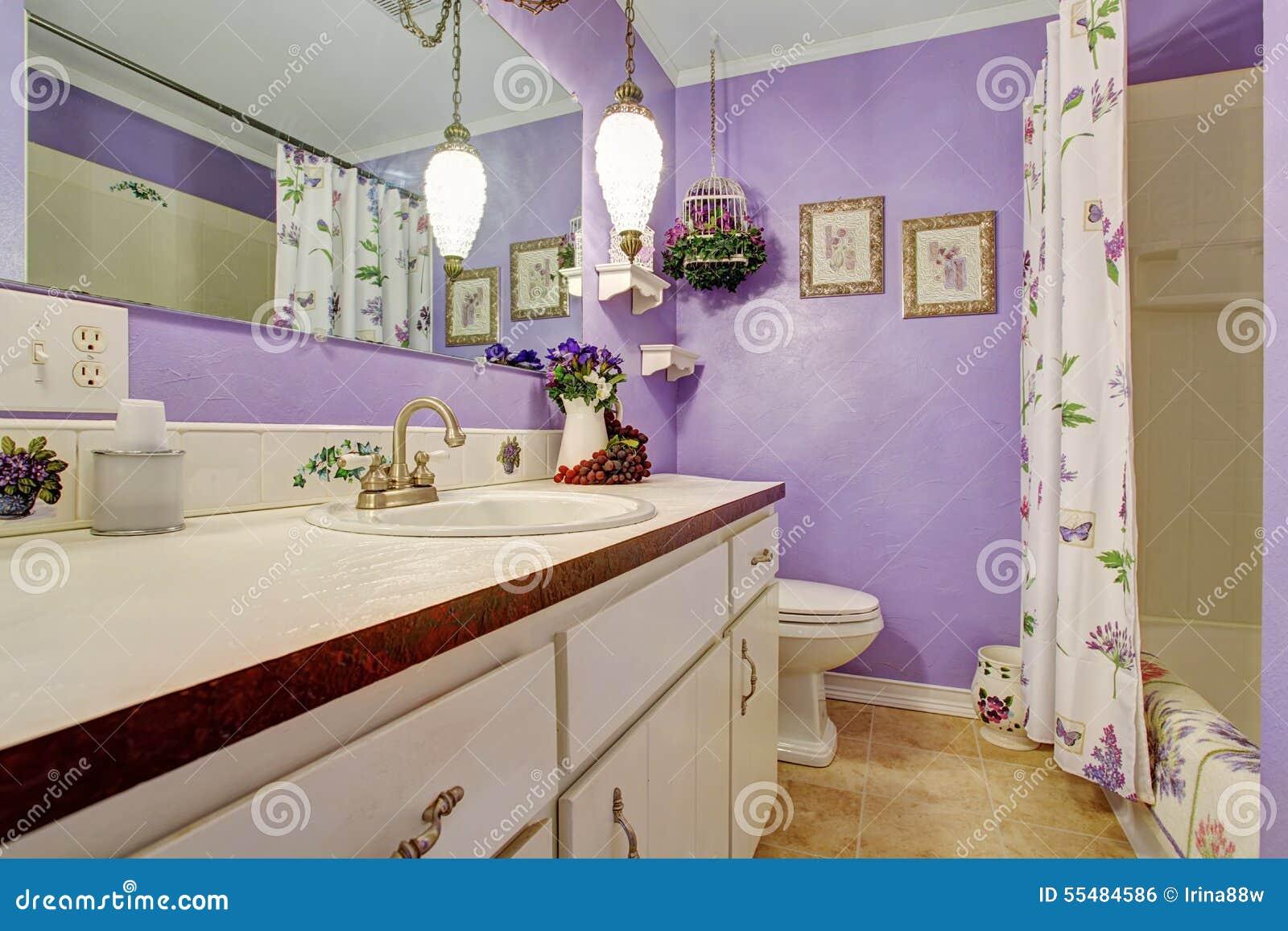 Cuartos De Bano Preciosos.Cuarto De Bano Tematico Purpura Precioso Foto De Archivo Imagen De