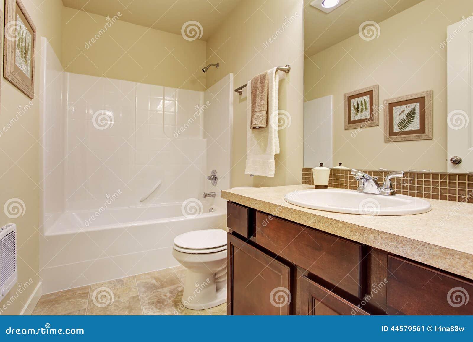 Cuarto de ba o vac o en color de marfil suave con el - Color marfil en paredes ...