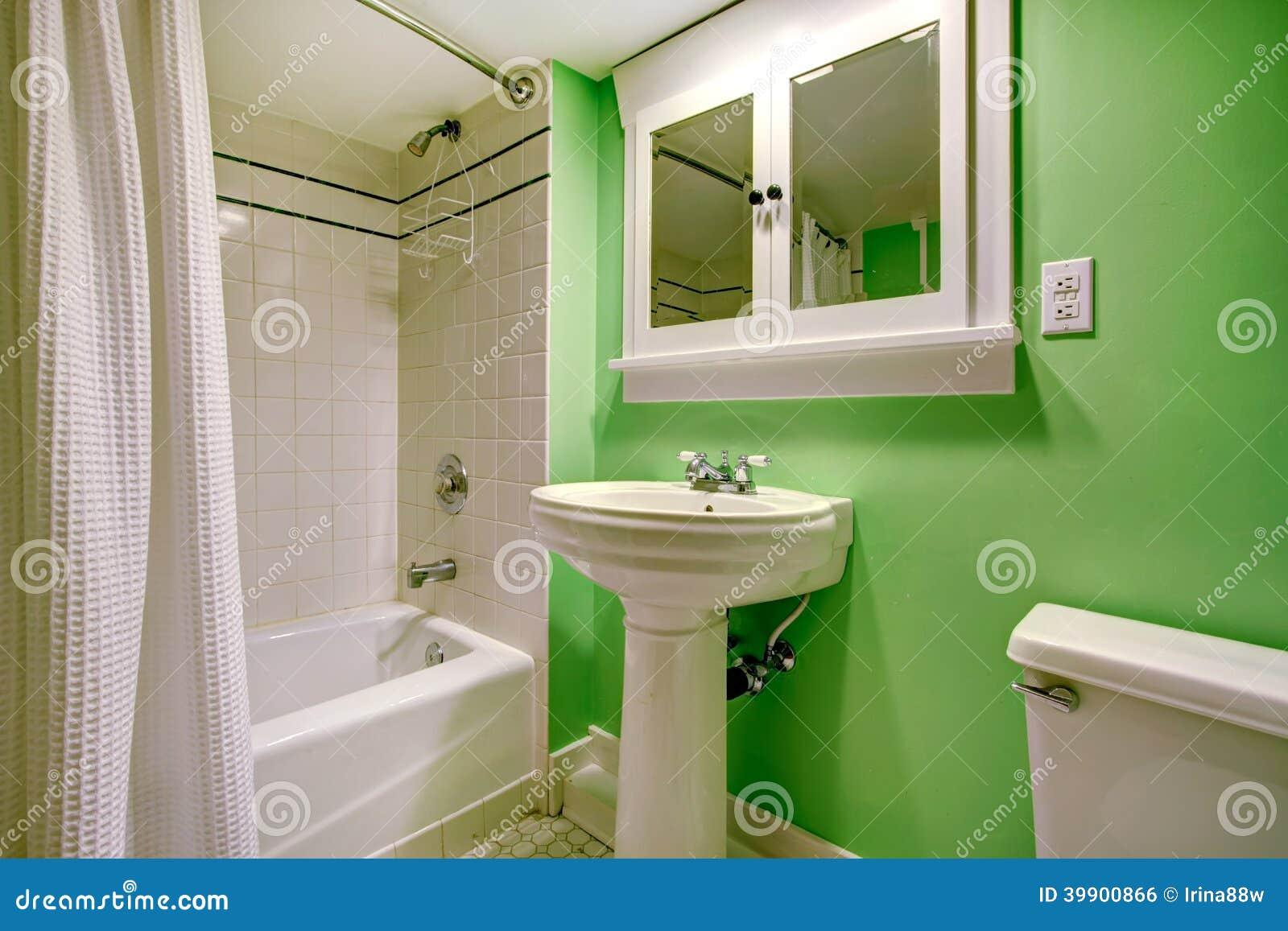 Baño Verde Con Blanco:Cuarto De Baño Verde Con El Ajuste Blanco De La Teja Foto de archivo