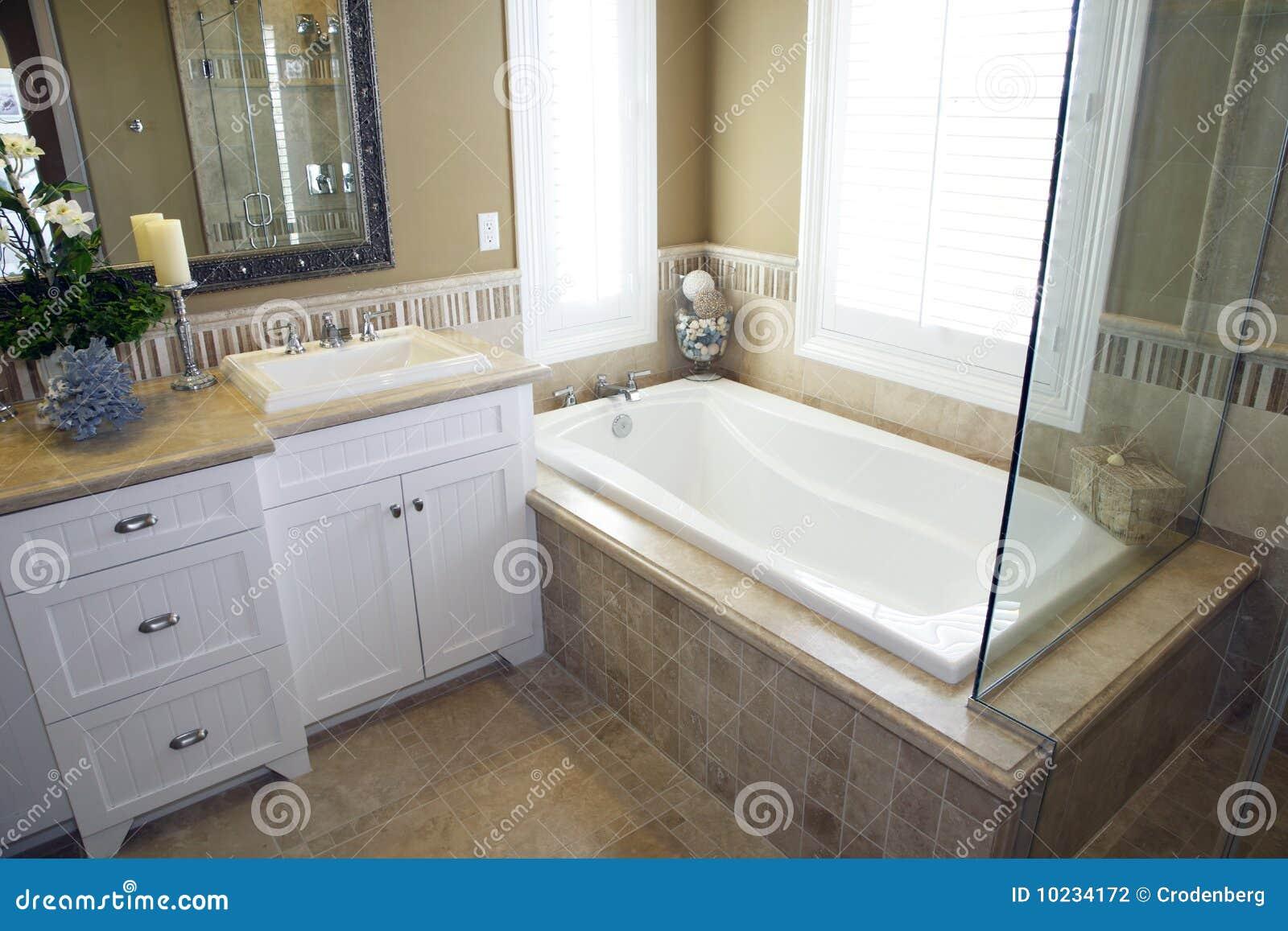Decoracion De Baño Con Tina:Cuarto De Baño Con Una Tina Moderna Fotografía de archivo – Imagen