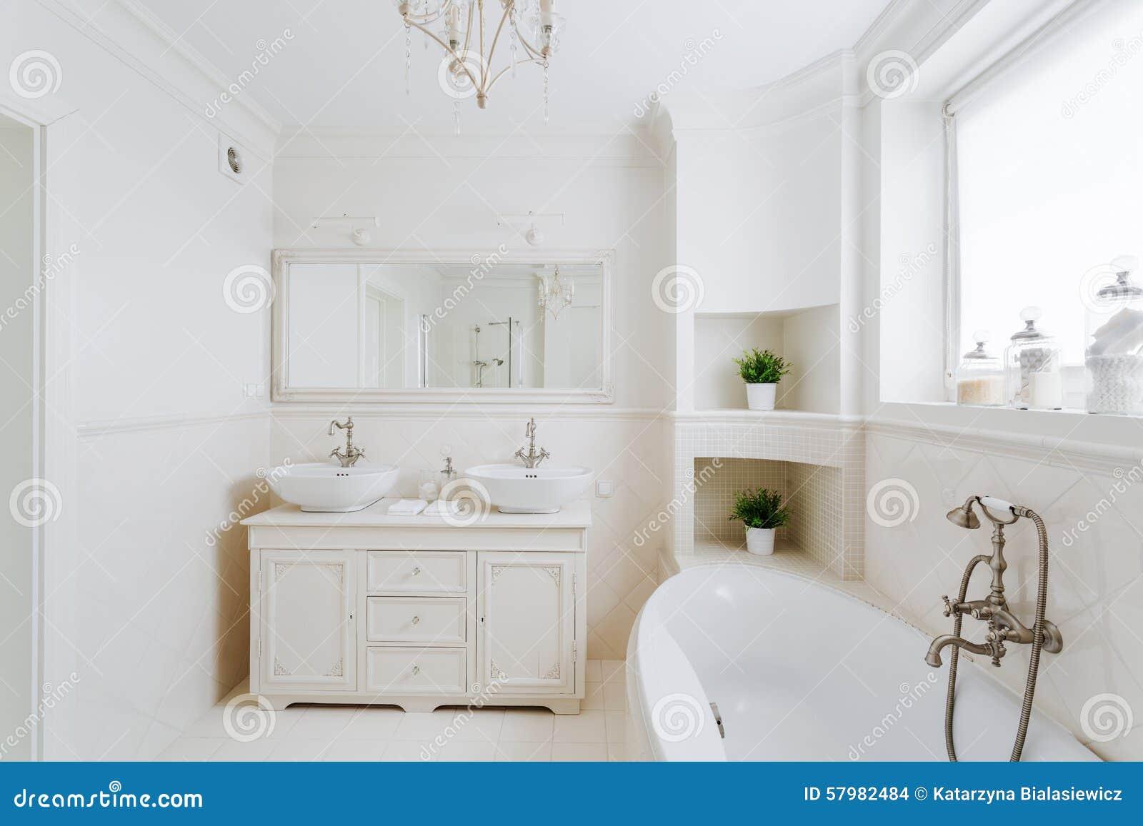 Cuarto De Baño En El Estilo Francés Foto de archivo ...