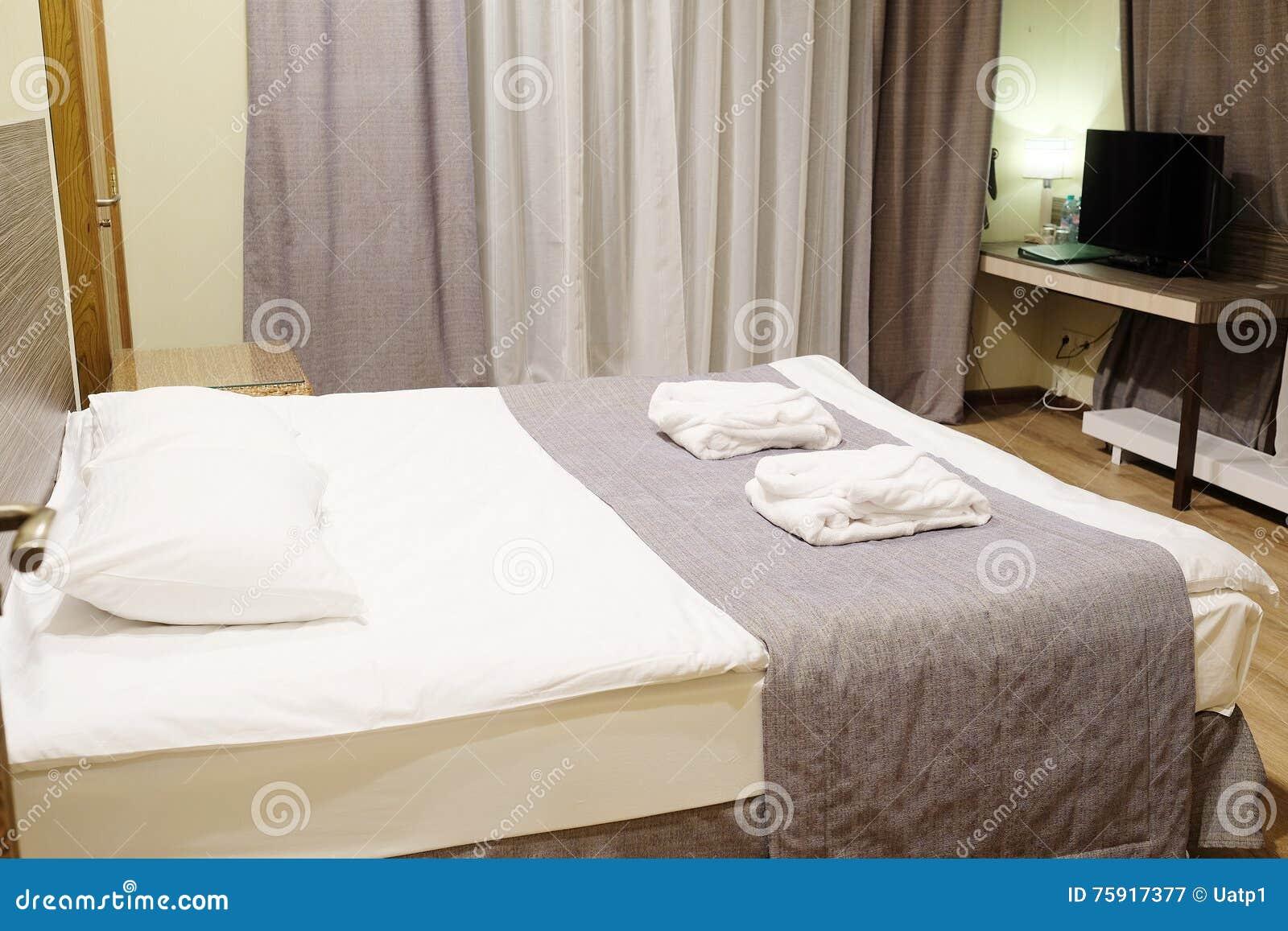 Cuarto De Motel Con La Cama Del Reina-tamaño Imagen de archivo ...