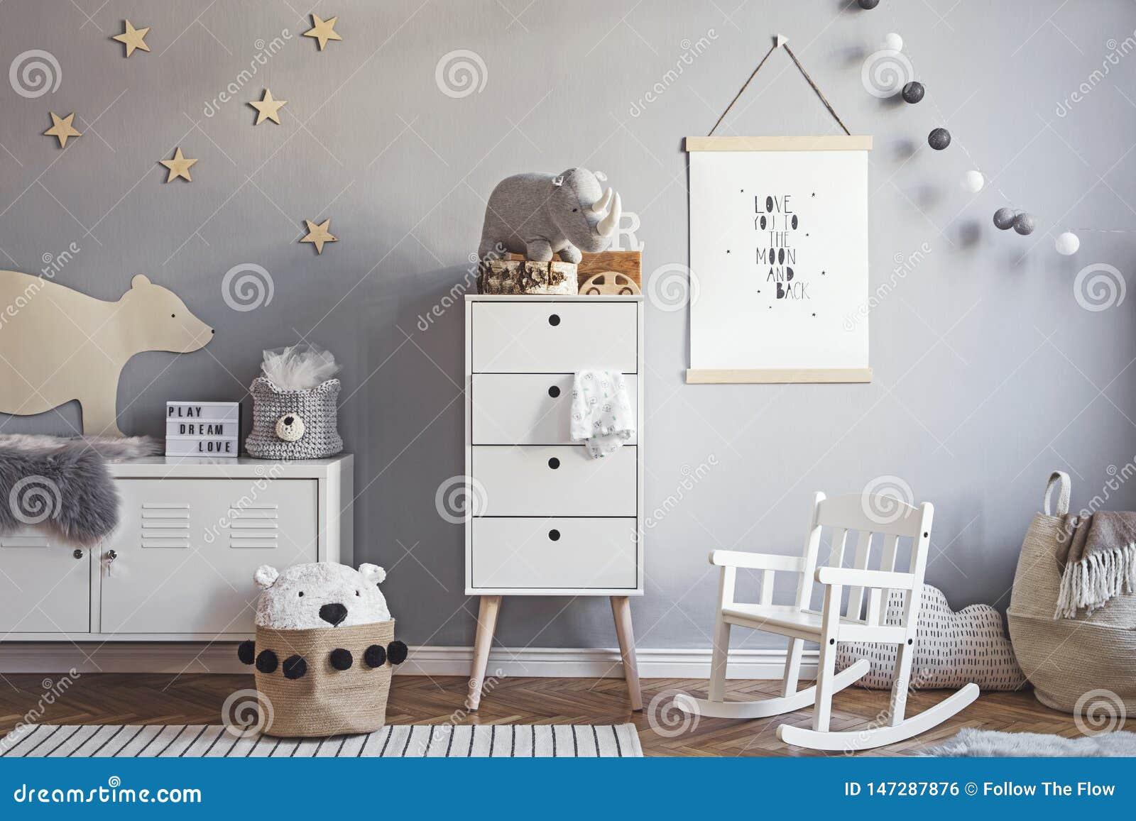 Cuarto de ni?os escandinavo elegante interior con mofa colgante encima del cartel, de los juguetes naturales, de los osos de pelu