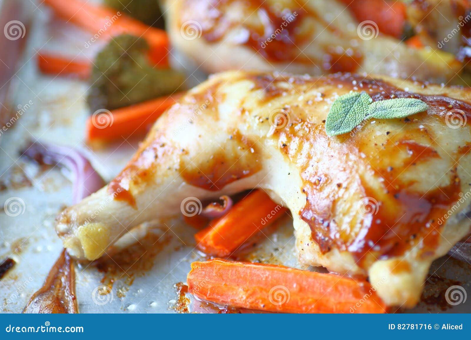 Cuartos del pollo asado foto de archivo. Imagen de cena - 82781716