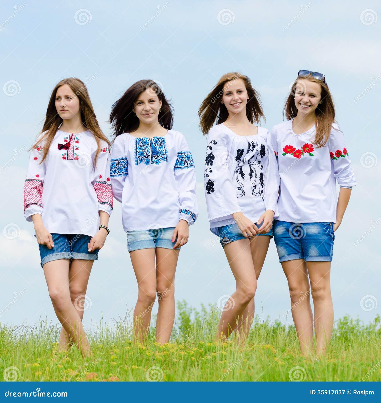 Cuatro Amigas Adolescentes Sonrientes Felices Que Presentan En